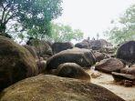 lokasi-wisata-ini-berupa-susunan-batu-besar-membentuk-susunan-bukit.jpg
