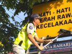 m-zulham-pane-ikut-membersihkan-rambu-lalu-lintas-di-kota-banjarmasin.jpg
