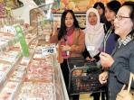 mahasiswa-indonesia-sedang-berbelanja-di-supermarket-semboku.jpg
