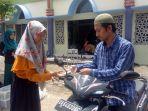mahasiswa-ksr-pmi-unlam-banjarbaru-membagikan-snack_20180406_175645.jpg