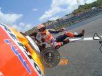 marc-marquez-terjatuh-saat-menjalani-sesi-latihan-bebas-kedua-fp2-di-motogp-spanyol_20180531_062932.jpg