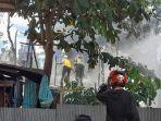 memadamkan-api-jalan-pintu-air-martapura-kabupaten-banjar-kalsel-rabu-2272020.jpg