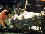 membuang-sampah-di-jalan-masjid-jami-kota-banjarmasin-kalimantan-selatan-07032021.jpg