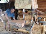 memotong-di-sentra-pengolahan-kayu-ulin-jalan-kelurahan-banjarbaru-kalsel-kamis-28012021.jpg
