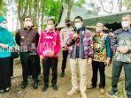 menteri-sandiaga-mengenakan-jaket-sasirangan-kamis-02092021.jpg