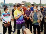 menteri-sandiaga-salahuddin-uno-mengenakan-kaus-sasirangan-kamis-02092021.jpg