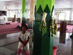 milna-tiang-masjid-al-karomah-martapura-yang-diberi-bunga.jpg