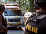 mobil-ambulance-melintas-pasca-kerusuhan-di-mako-brimob_20180510_110727.jpg
