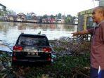 mobil-mewah-masuk-sungai_20170704_081621.jpg