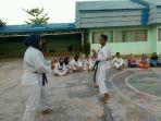 murid-smpn-16-banjarmasin-aktif-latihan-karate_20170723_185705.jpg