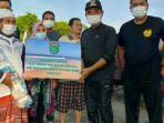 nelayan-menerima-bantuan-di-pagatan-kabupaten-tanbu-kalsel-kamis-28102021.jpg