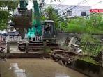 operator-membongkar-beton-atau-kayu-di-sungai-jalan-a-yani-km-6-banjarmasin-10022021.jpg