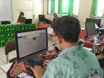 operator-ppdb-online-smpn-7-banjarmasin-saat-melakukan-verifikasi-data-peserta.jpg
