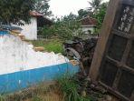 pagar-beton-smpn-1-jorong-di-jalan-nasional-ambrol-sebagian-akibat-ditimpa-dumptruk_20180508_203738.jpg