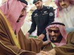 pangeran-arab-saudi-bandar-bin-abdul-aziz-al-saud-berbincang-dengan-raja-salman.jpg