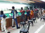 para-atlet-pelatnas-atlet-menembak-kalsel-davin-4-dari-kanan-dan-khairunisa-6-dari-kanan.jpg