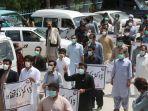 para-dokter-memakai-masker-dan-pakaian-medis-saat-melakukan-protes.jpg