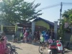 para-orang-tua-siswa-sdn1-menteng-palangkaraya-berkumpul-di-depan-sekolah_20170730_091108.jpg