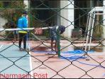 para-pekerja-membersihkan-lapangan-tenis-di-darma-praja.jpg