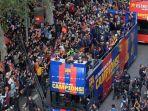 para-pemain-dan-staf-fc-barcelona-melakukan-parade-menggunakan-bus_20180501_060324.jpg