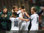 para-pemain-inti-dan-pemain-cadangan-timnas-italia-merayakan-gol.jpg