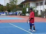 para-pemanin-tenis-senior-saat-main-tenis-di-lapangan-tenis-darma-praja.jpg