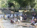 para-peserta-road-bike-tour-de-loksado-diajak-bambu-rafting-menyusuri-sungai-amandit.jpg