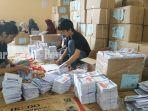 para-relawan-pelipata-surat-suara-untuk-pemilu-2019-nampak-sibuk-melaksanakan-tugasnya.jpg