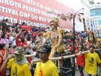 parade-tatung-dalam-festival-cap-go-meh-2014-di-singkawang-kalimantan-barat_20150823_111345.jpg