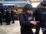 pasukan-brimob-mengamankan-seorang-terduga-teroris_20170408_221626.jpg