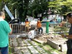pasukan-oranye-kota-banjarmasin-membersihkan-sekitar-taman-0-km_20170422_135319.jpg
