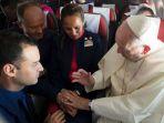 paus-franciskus-berkati-pasangan-pramugara-dan-pramugari_20180119_114825.jpg