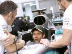 pebalap-motogp-valentino-rossi-mencoba-mbil-formula-1-mercedes-amg-petronas-f1-team.jpg