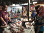 pedagang-ayam-di-pasar-kalindo-mariana.jpg