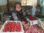 pedagang-bawang-dan-cabai-di-pasar-bauntung-banjarbaru.jpg