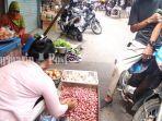 pedagang-bawang-merah-di-pasar-lama-banjarmasin-kalsel-rabu-1282020.jpg