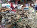 pedagang-di-pasar-tradisional-di-kota-martapura-sabar-menunggu-pembeli.jpg