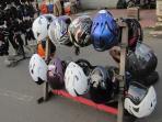 pedagang-helm-bekas_20160621_100224.jpg