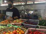 pedagang-pasar-modern-adaro-lidya-aditya-menjaga-lapak.jpg