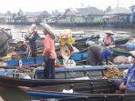 pedagang-pasar-terapung-muara-sungai-kuin1.jpg