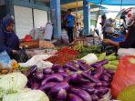 pedagang-sayuran-di-pasar-pelaihari-melayani-pembeli-minggu-17_1-kemarin.jpg