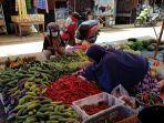 pedagang-sayuran-di-pasar-pelaihari-melayani-pembeli-senin-18_1-kemarin.jpg
