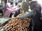 pedagang-telur-layani-pembeli-di-pasar-sentra-antasari.jpg