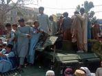 pejuang-taliban-dan-penduduk-setempat-duduk-di-atas-kendaraan-humvee-afganistan.jpg