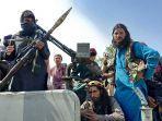 pejuang-taliban-duduk-di-atas-kendaraan-di-sebuah-jalan-di-provinsi-laghman-pada-15-agustus-2021.jpg