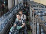 pekerja-di-pabrik-aqua.jpg