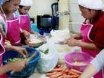 pekerja-katering-di-kota-banjarmasin-tengah-menyiapkan-pesanan-makanan.jpg