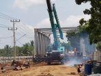pekerja-sibuk-mengerjakan-pembangunan-jembatan-tabanio-2-di-pabahanan.jpg