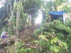 pelajar-mencari-sinyal-telepon-di-desa-emil-baru-mentewe-kabupaten-tanbu-kalsel-28042021.jpg