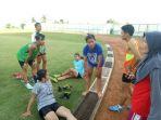 pelatih-memberikan-arahan-kepada-tim-atletik-banjarmasin_20180307_102021.jpg
